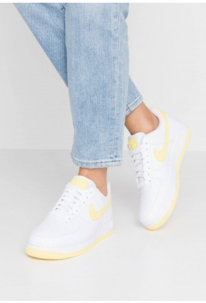 Nike AIR FORCE 1'07 - Sneakers laag white/bicycle yellow/dark sulfurNIKE101560
