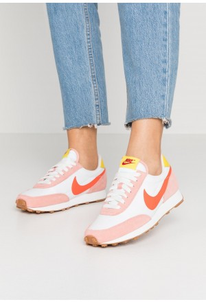 Nike DAYBREAK - Sneakers laag coral stardust/team orange/summit white/chrome yellow/med brown/gym redNIKE101417
