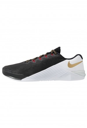 Nike METCON 5 - Sportschoenen black/metallic gold/white/university redNIKE101836