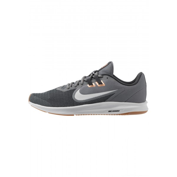 Nike DOWNSHIFTER 9 - Hardloopschoenen neutraal smoke grey/photon dust/dark smoke grey/metallic copper/medium brown/particle greyNIKE202758