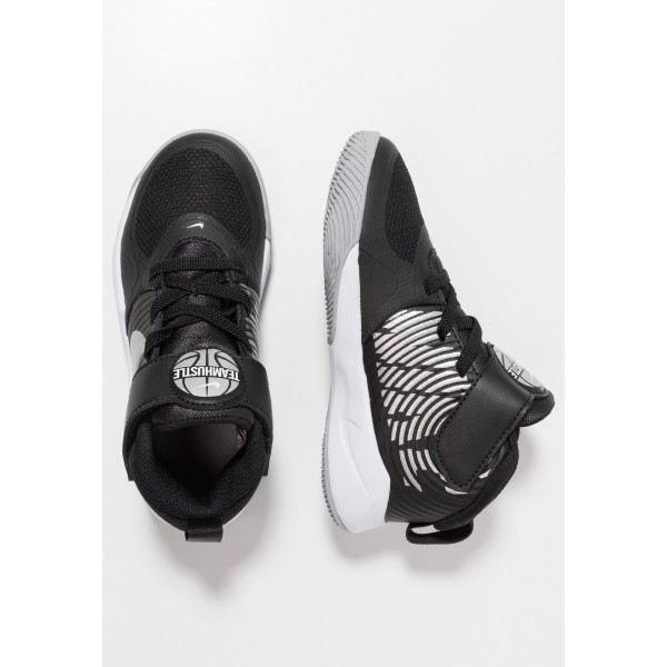 Nike TEAM HUSTLE 9  - Basketbalschoenen black/metallic silver/wolf grey/whiteNIKE303540