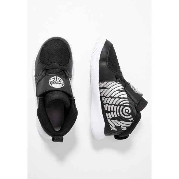 Nike TEAM HUSTLE - Basketbalschoenen black/metallic silver/wolf grey/whiteNIKE303539